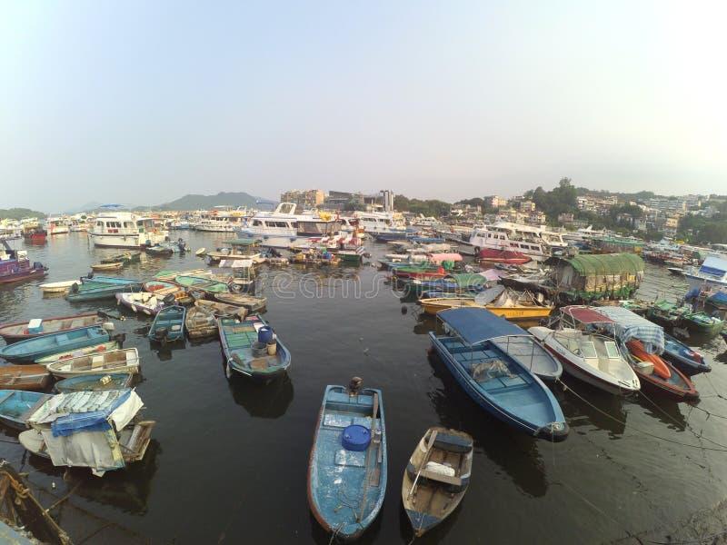 小组小渔船在海,渔夫村庄 图库摄影