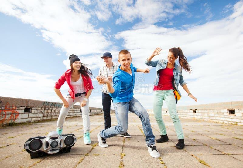 小组少年跳舞 免版税库存图片