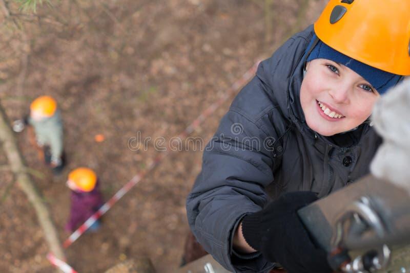 小登山人爬梯子 免版税图库摄影