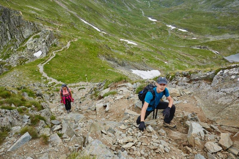 小组山行迹的远足者 免版税库存照片