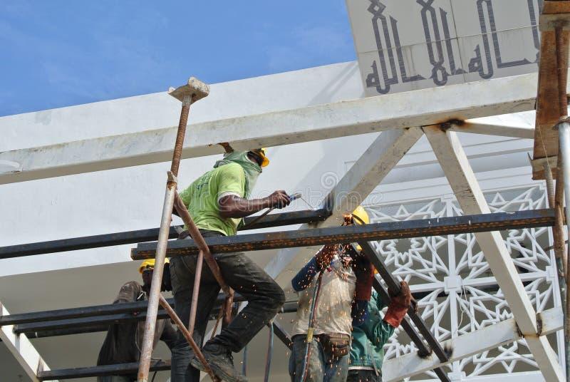 小组工作在高级的建筑工人在建造场所 库存照片