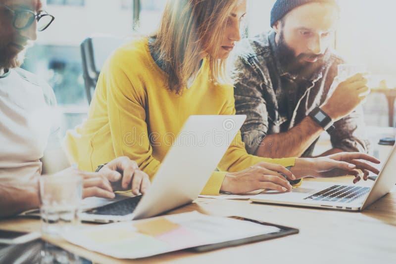 小组年轻工友队工作办公室演播室 显示新的企业想法起动介绍的帐户经理 妇女 免版税图库摄影