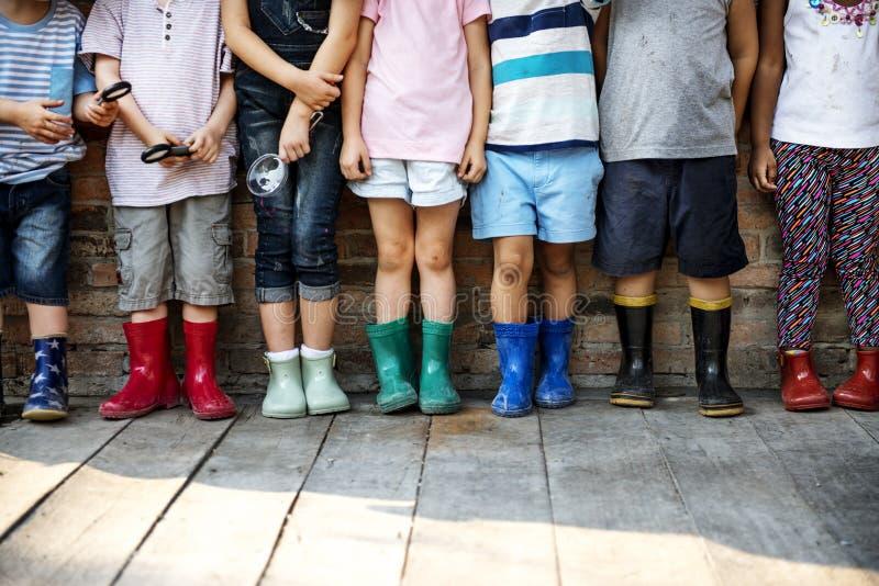 小组幼儿园哄骗拿着放大镜为的朋友 免版税库存图片