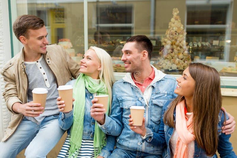 小组微笑的朋友与拿走咖啡 图库摄影