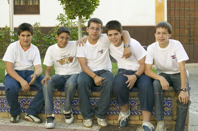 小组微笑的男孩在南西班牙的村庄高速公路A49的在塞维利亚西部 免版税库存照片