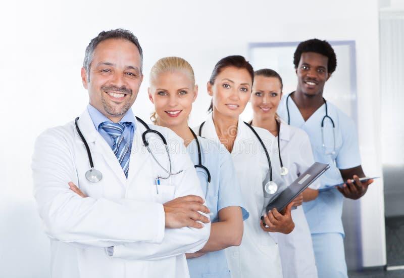 小组愉快的多种族医生 免版税图库摄影