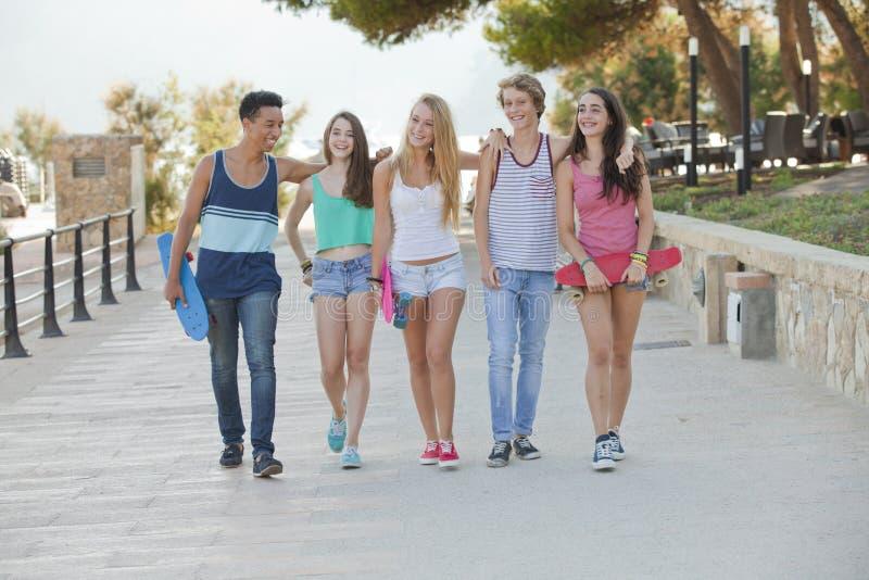 小组愉快的孩子在度假 免版税库存照片