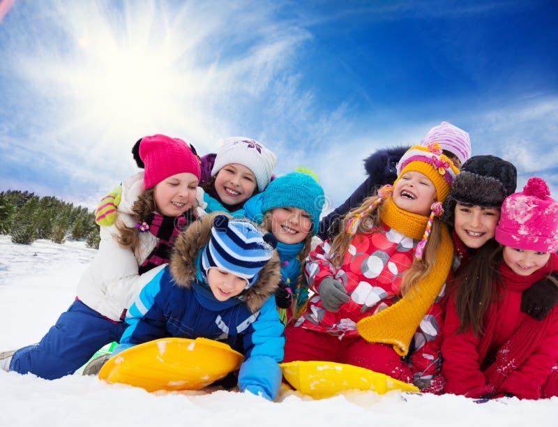 小组愉快的孩子外面在冬天 免版税库存照片