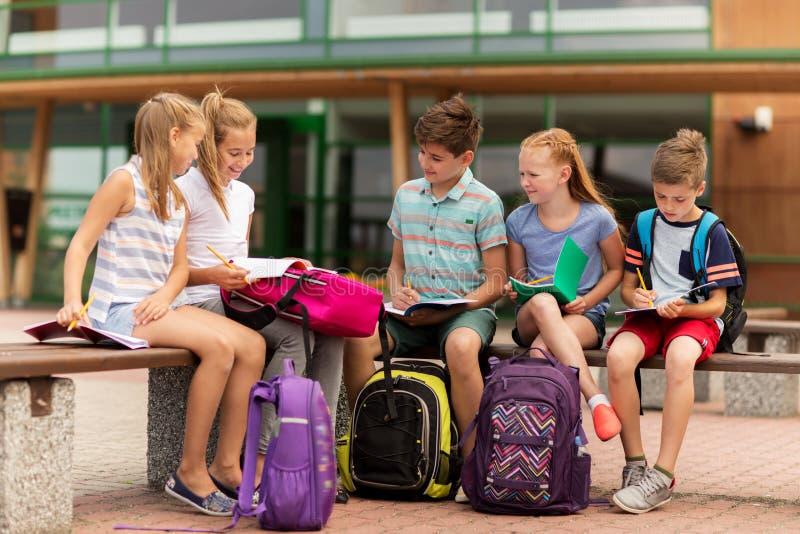 小组愉快的小学学生户外 库存图片