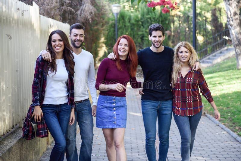 小组户外一起青年人在都市背景中 库存图片