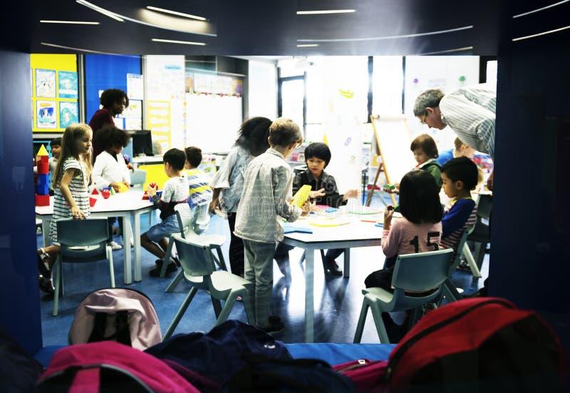 小组托儿的不同的学生 免版税库存图片