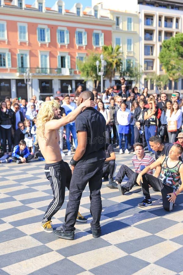 小组执行霹雳舞惯例的街道舞蹈家 免版税库存照片