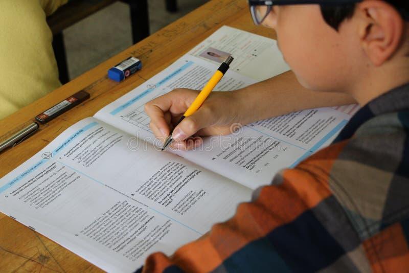小组接受考试的高中学生在教室 免版税库存图片