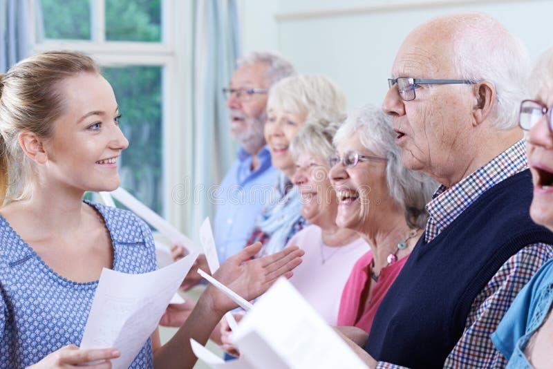 小组有一起唱歌在唱诗班的老师的前辈 免版税库存图片