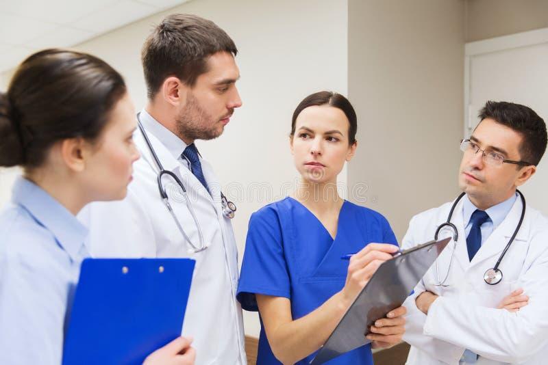 小组有剪贴板的军医在医院 免版税库存照片