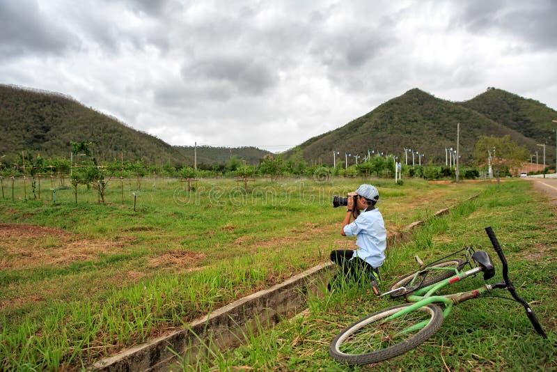 小组有山的风轮机在背景中 图库摄影