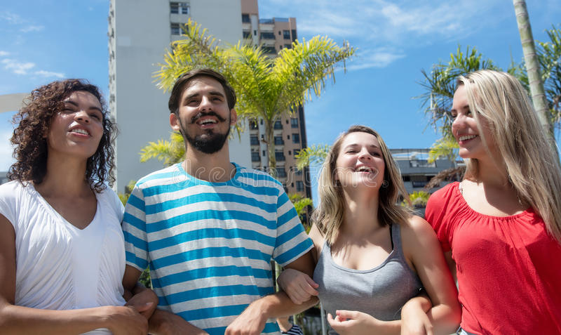 小组有拉丁人的愉快的白种人和西班牙妇女 免版税图库摄影