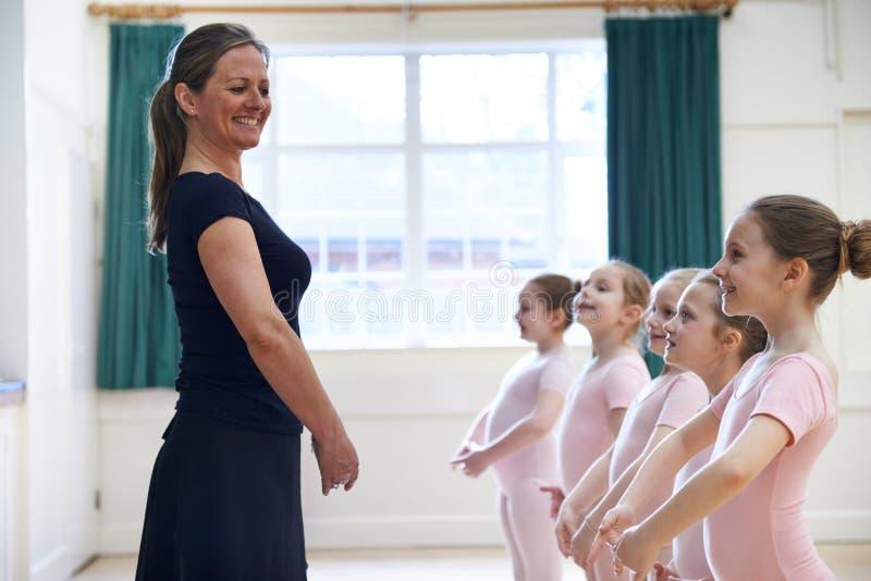 小组有老师的女孩芭蕾舞蹈课的 免版税库存照片