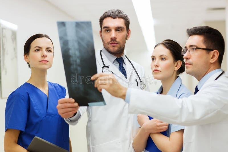 小组有脊椎X-射线扫描的军医在医院 免版税图库摄影