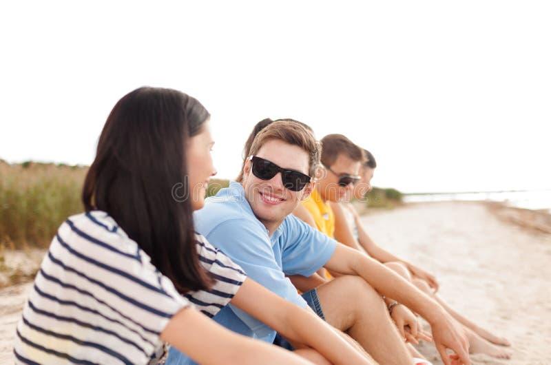 小组朋友或排球队在海滩 库存照片