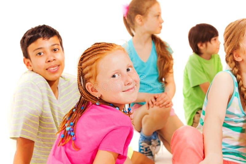 小组朋友男孩和女孩,女孩转得回去 免版税库存图片