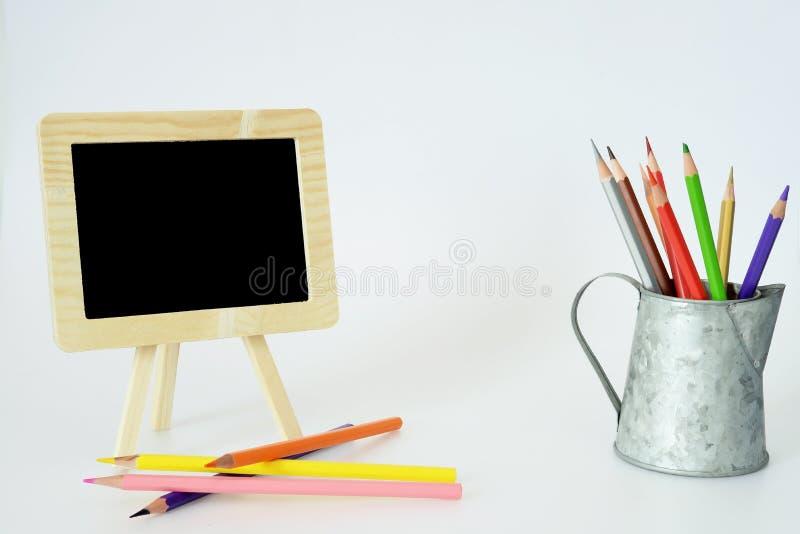 小黑板和颜色铅笔 库存图片