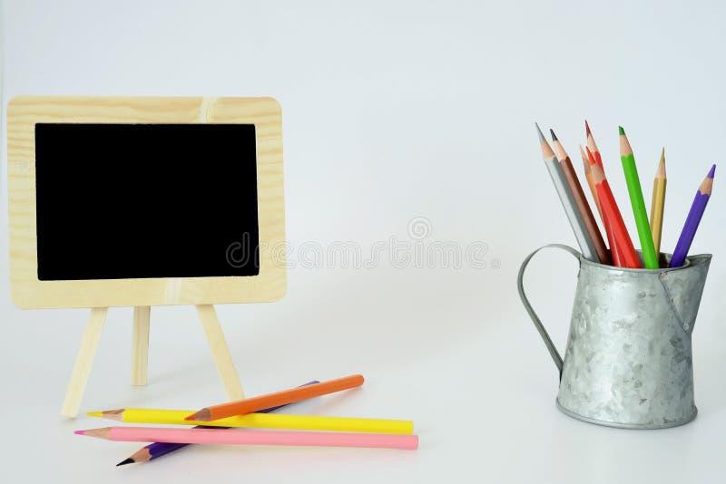 小黑板和颜色铅笔 免版税库存照片