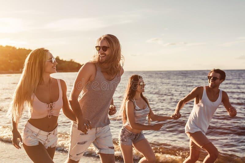 小组海滩的朋友 免版税库存照片