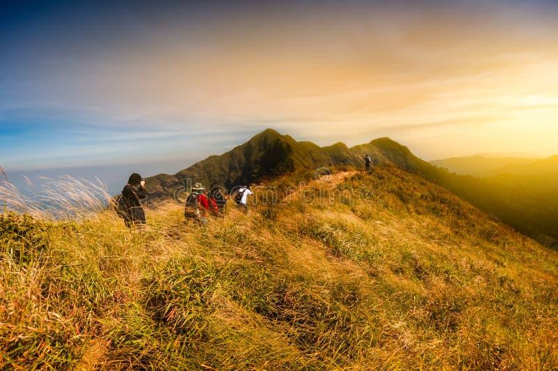 小组游人喜欢步行在山上面与amazin的 免版税库存照片