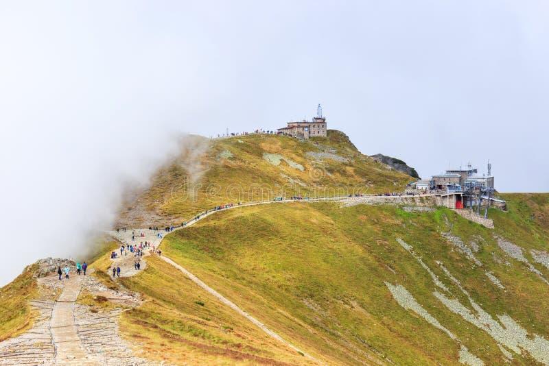小组游人在Kasprowy走Wierch的上面在Tatra山的 免版税库存图片