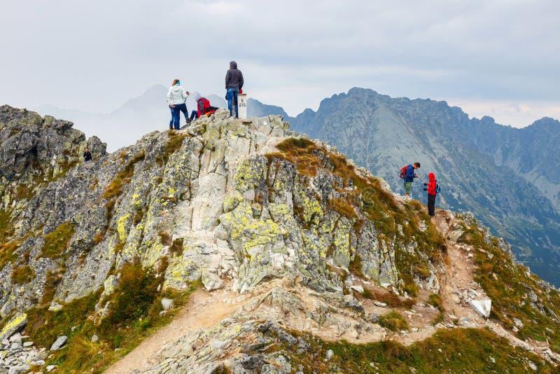 小组游人在Szpiglasowy走Wierch的上面在Tatra山的 库存图片