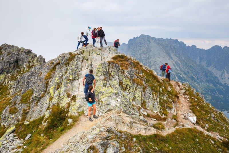 小组游人在Szpiglasowy走Wierch的上面在Tatra山的 库存照片