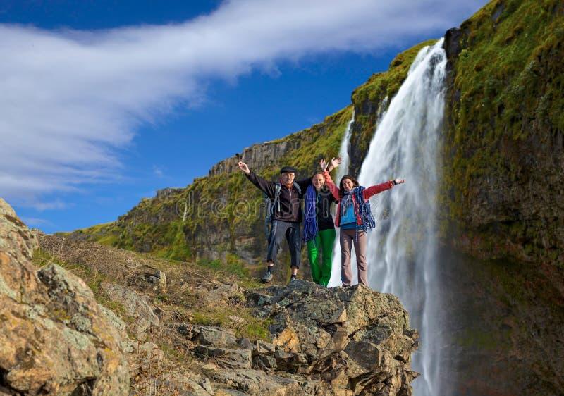 小组瀑布背景的登山人 库存图片