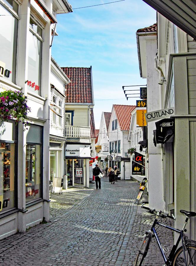 小购物街道在老镇斯塔万格在挪威 免版税库存照片