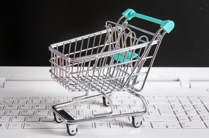 小购物车/台车在膝上型计算机 库存图片
