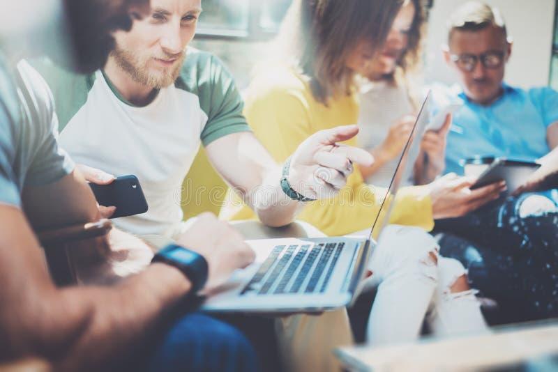 小组现代年轻商人被会集一起谈论创造性的项目 遇见通信的工友 免版税库存图片