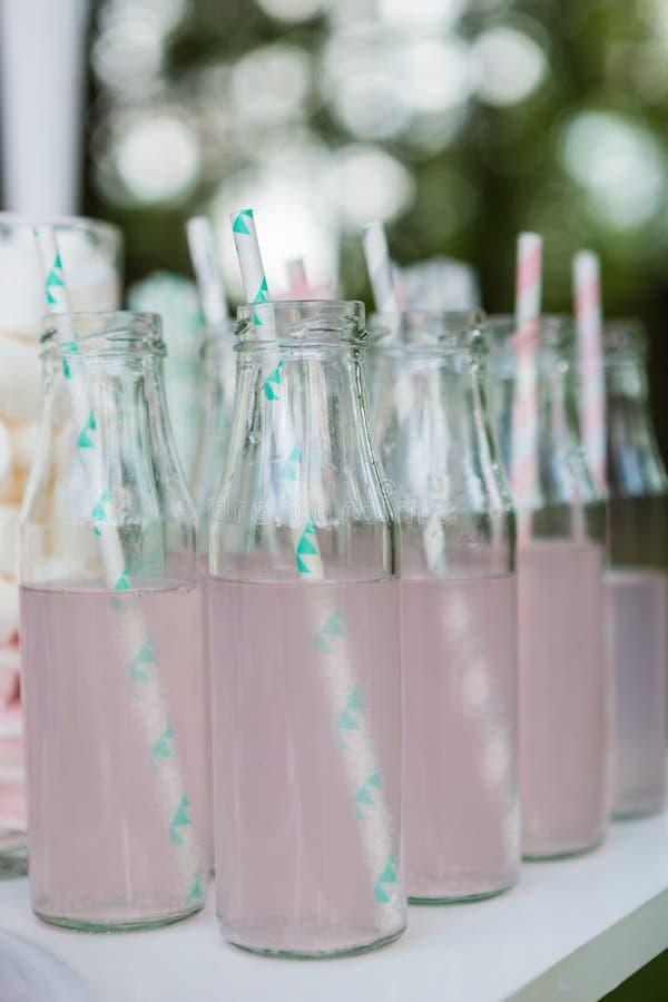 小玻璃瓶用桃红色柠檬水 免版税图库摄影