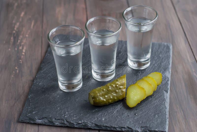 小玻璃用俄国伏特加酒和盐黄瓜 库存照片