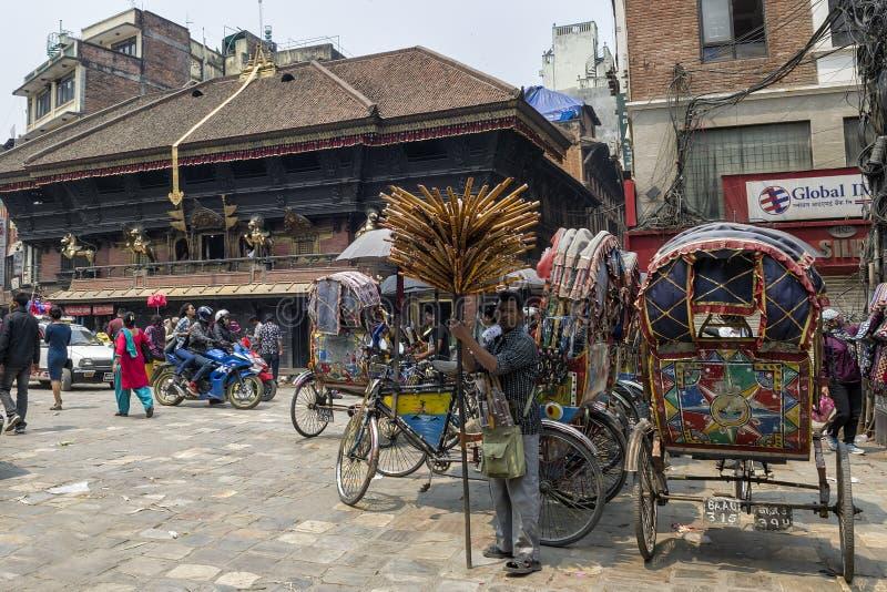 小组由街道的人力车在是繁忙的与工作者、本机和游人的牙山Tole市场,加德满都,尼泊尔上 免版税库存图片