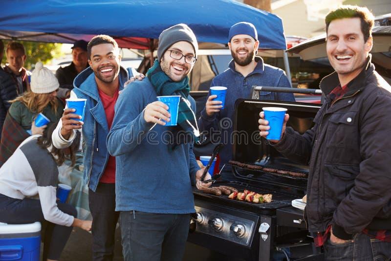 小组男性体育迷尾板在体育场停车场 免版税库存照片