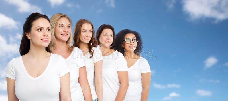 Download 小组白色T恤杉的愉快的不同的妇女 库存照片. 图片 包括有 爱好健美者, 中间, 空白的, 多种族, 饮食 - 72350320