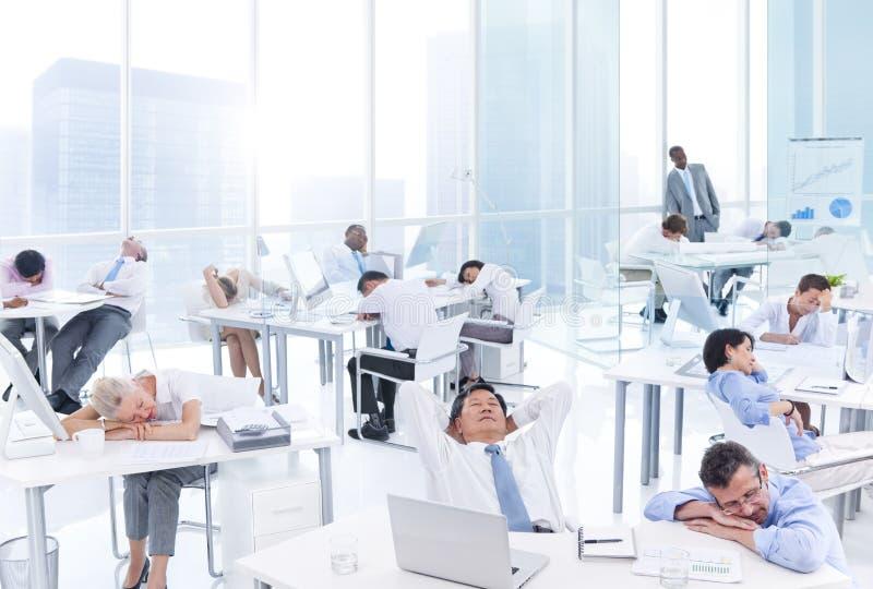 小组睡觉在办公室的商人 库存图片