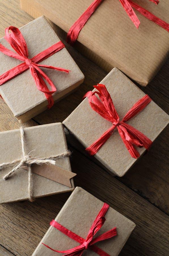 小组礼物盒从上面栓与串和丝带 免版税库存照片