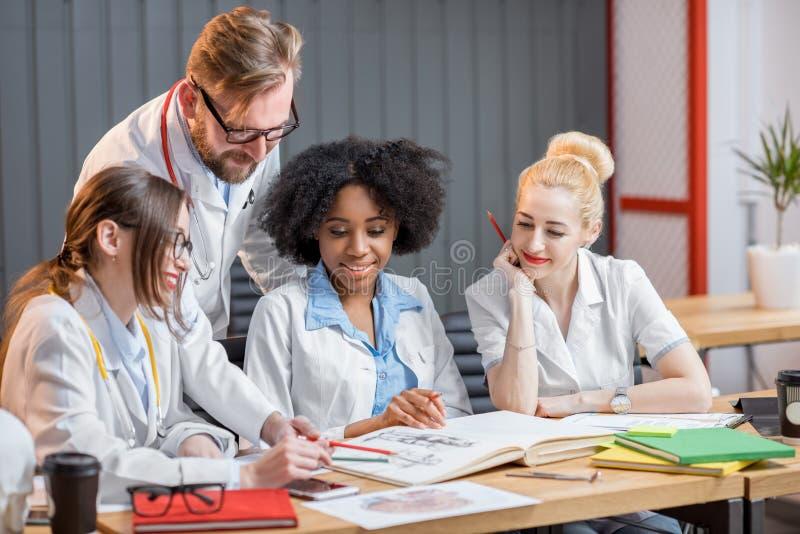小组医科学生在教室 免版税库存图片