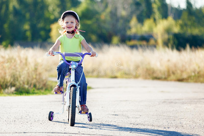 小滑稽的孩子骑马自行车 库存照片