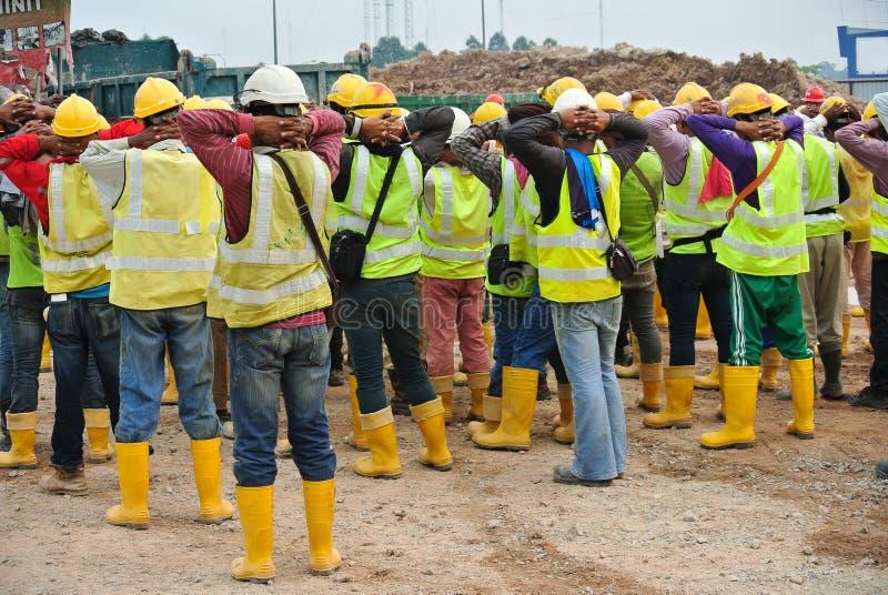 小组建筑工人聚集在露天场所 图库摄影