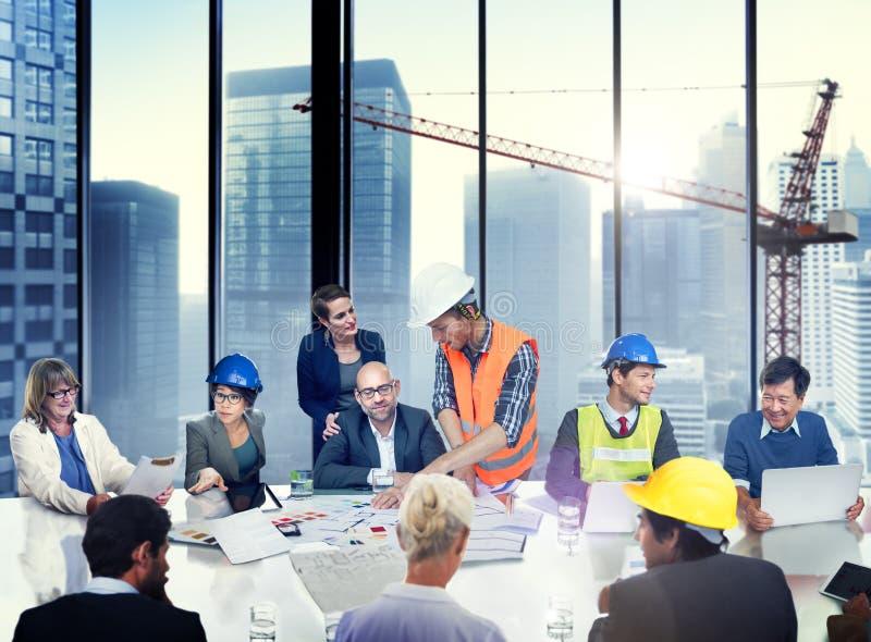 小组建筑师和工程师讨论 免版税库存照片