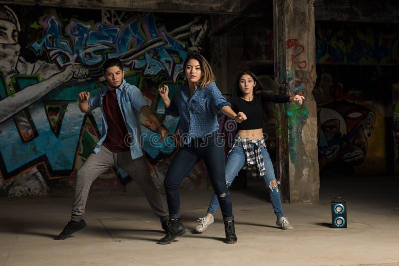 小组舞蹈家执行 免版税库存图片