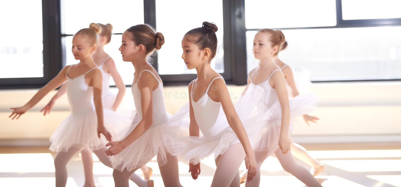 小组年轻芭蕾舞女演员执行 图库摄影