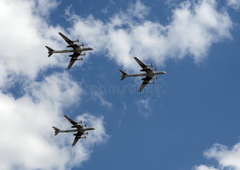 小组苏联战略轰炸机图波列夫图-95熊飞行在红场 免版税图库摄影